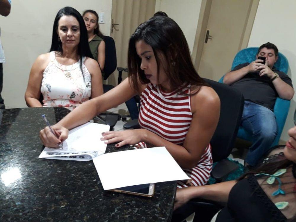 Assinatura da ata de posse pela nova conselheira Juliana Nonato Antunes de Carvalho – Imagem: Cristiano Lira/Planeta Folha