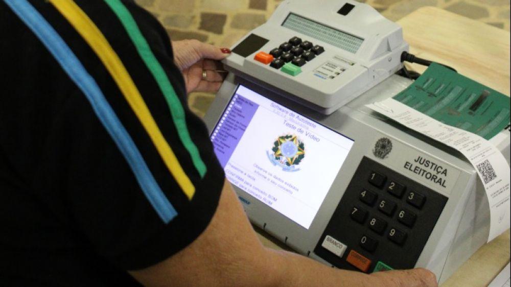 Urna eletrônica ou máquina de votação é a combinação de equipamentos mecânicos,