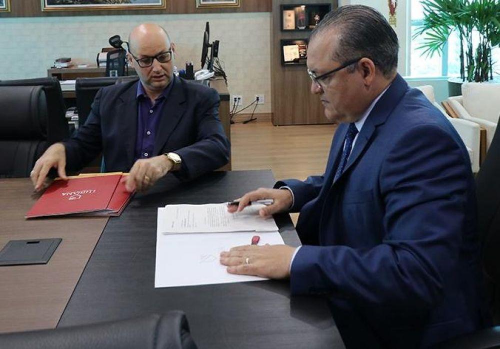 Jornalista Alessandro Lubiana entregando a documentação e provas ao Procurador-Geral de Justiça do MP/RO, Aluildo de Oliveira Leite.
