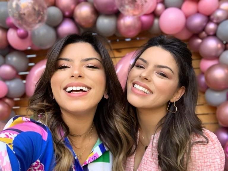 Gêmeas blogueiras arrasam nos looks da moda evangélica