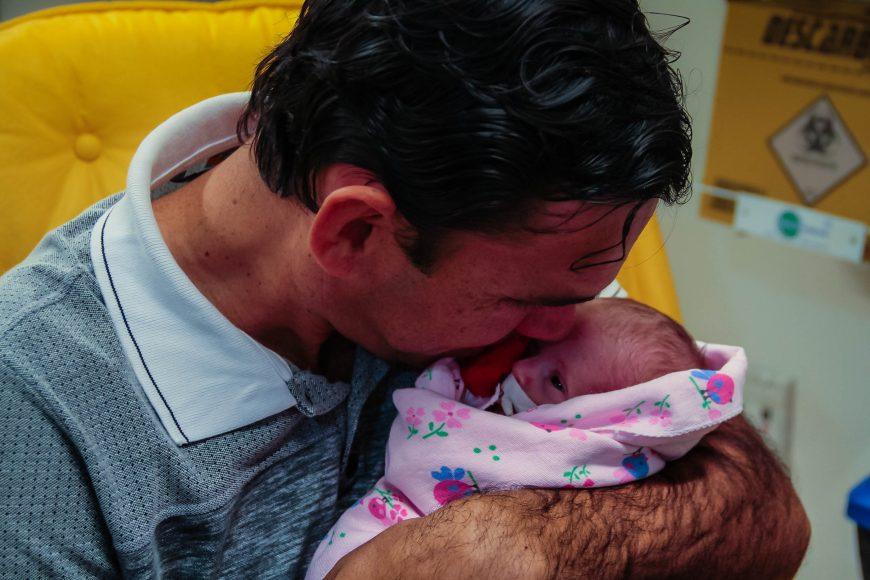 """Pai de """"primeira viagem"""", Jeferson se emociona ao pegar a pequena Heloísa no colo, com apenas 28 dias de vida. Fotos: Daiane Mendonça Secom - Governo de Rondônia"""
