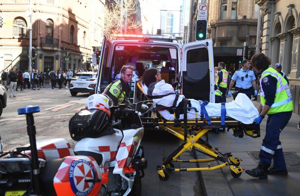 Mulher é levada para um hospital em Sydney, na Austrália. - Foto: Dean Lewins/AAP Image via AP