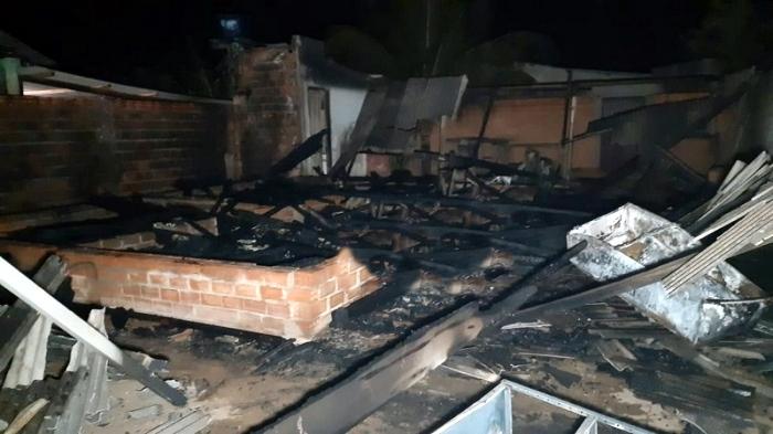 """""""Agora, são apenas cinzas"""", disse uma pessoa que chorava muito/Foto: Comando 190"""