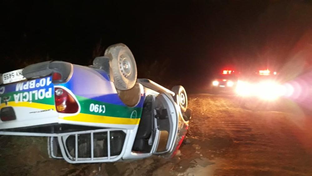 Viatura acompanhava suspeito em estrada quando capotou nesta sexta-feira (16). - Foto: Divulgação/PM