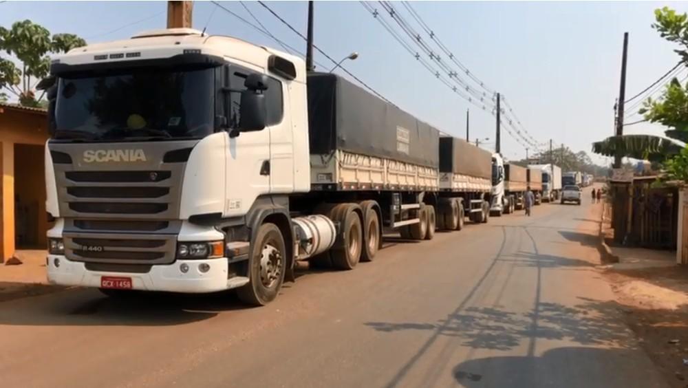 Com bloqueio carretas não conseguem passar na estrada do Belmont - Foto: Marisson Dourado/ CBN Amazônia