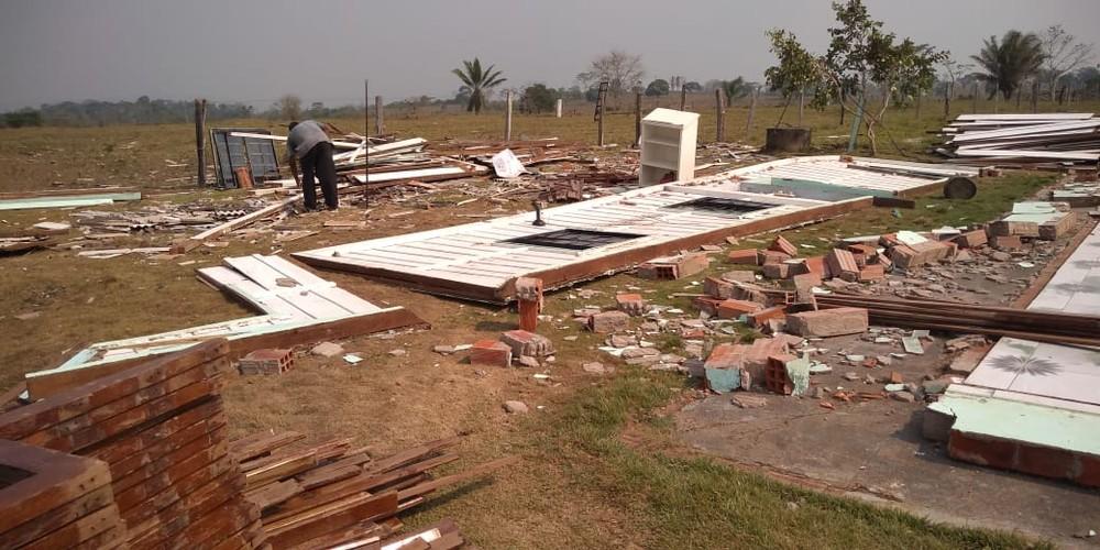 Paredes da igreja de madeira foram levadas pelo vento - Foto: Edmar Parlote/Arquivo Pessoal