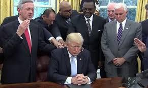 Líderes cristãos oram por Donald Trump, após pronunciamento oficial do presidente dos EUA sobre o furacão Harvey. (Imagem: Youtube)