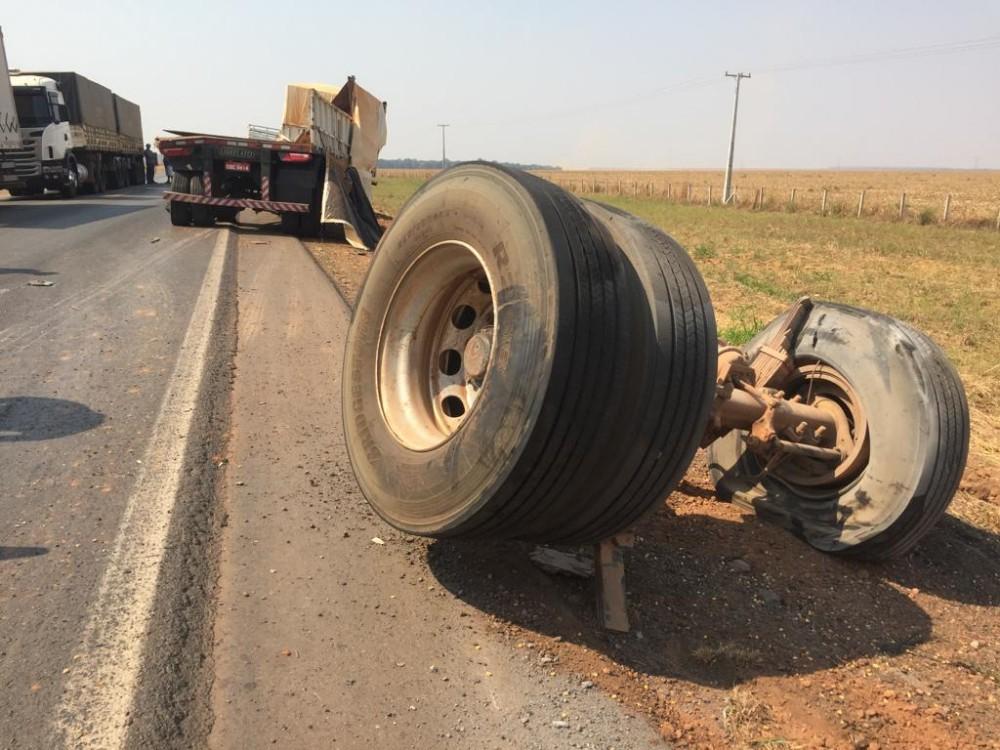 Motorista morre em colisão entre três carretas em rodovia federal
