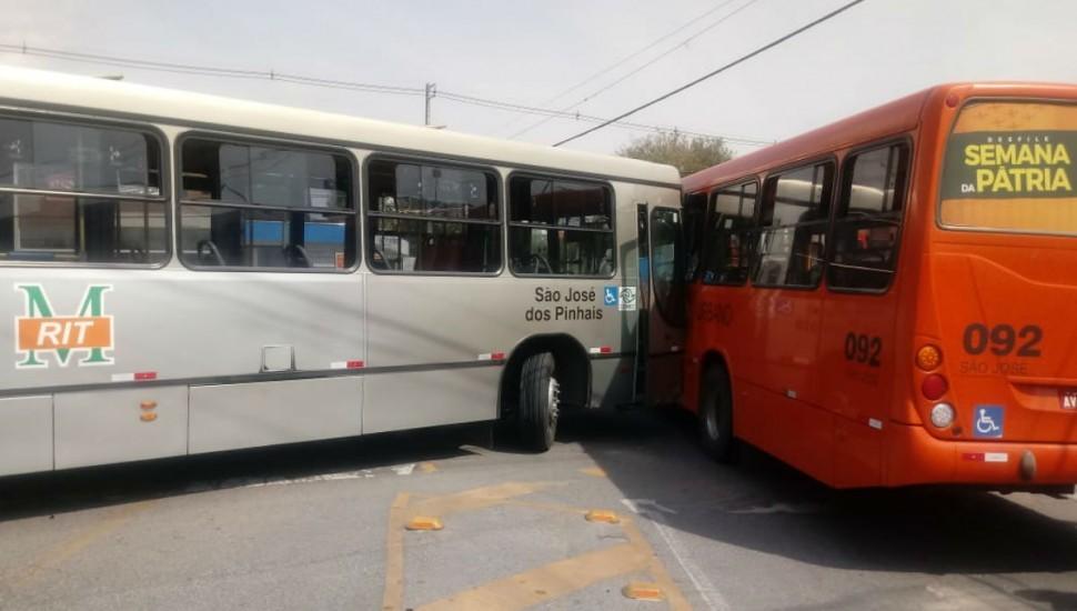 Ônibus desgovernado percorre avenida e só para ao acertar outro busão