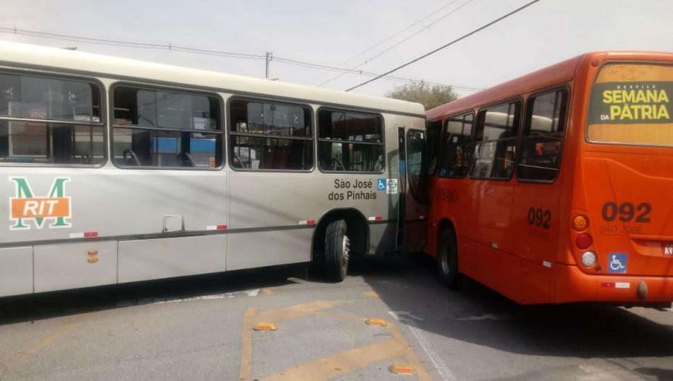Coletivo parou após bater em outro ônibus. Foto: Reprodução/Whatsapp