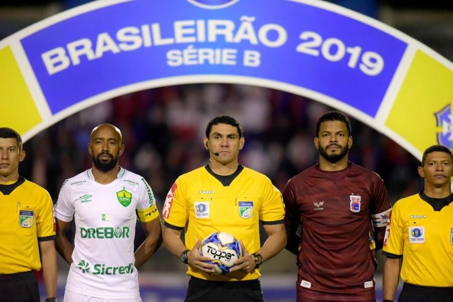 Goleiro pega pênalti e Paraná empata em jogo com arbitragem polêmica