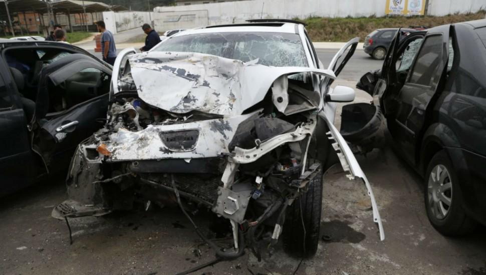 Como a colisão foi frontal, carro ficou bastante destruído. Foto: Átila Alberti/Tribuna do Paraná