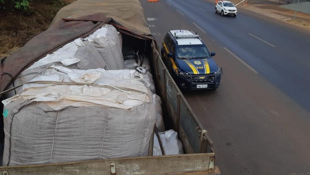 Carregamento de soja recuperado em Rio Verde (Foto: Reprodução/PRF)