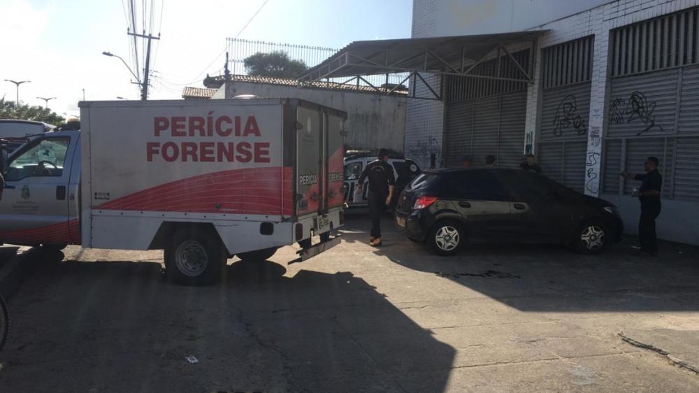 Homem mata filha, tentar matar esposa e se mata dentro de carro na Avenida Mister Hull Foto: Felipe Mesquita