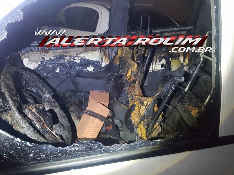 Interior da cabine da camionete após o incêndio. Reprodução Alerta Rolim