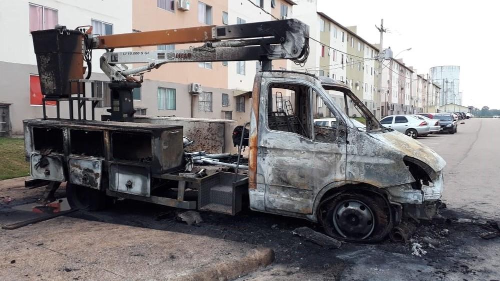 Caminhão da prefeitura foi incendiado, no conjunto residencial Orgulho do Madeira, em Porto Velho. - Foto: Iule Vargas/ Rede Amazônica