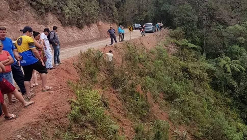 Ribanceira na PR-092, onde a caminhonete caiu. Foto: Polícia Rodoviária Estadual (PRE).