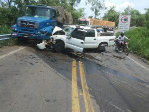 Motorista e passageiro da picape foram levados para o hospital/Foto e vídeo: Rede Social