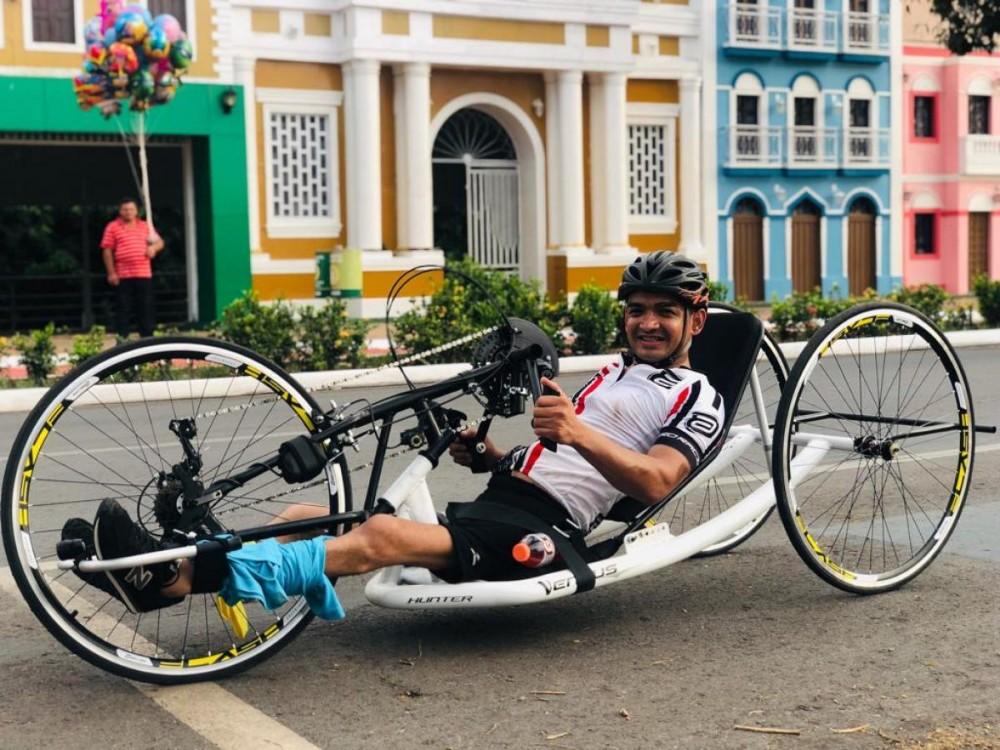 Paralítico, ciclista anda até 70 km por dia com bicicleta especial