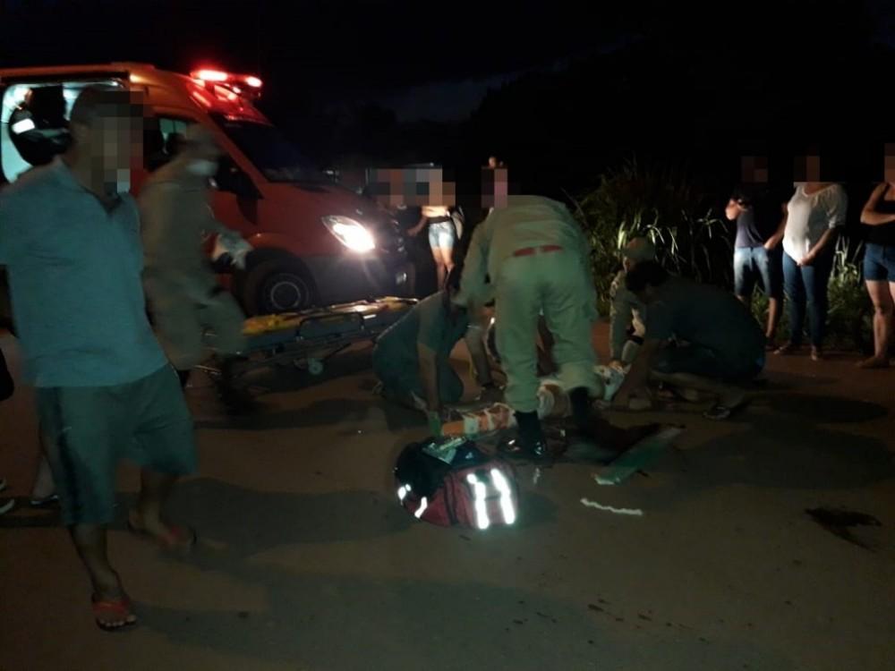 Motociclista fica gravemente ferida após acidente