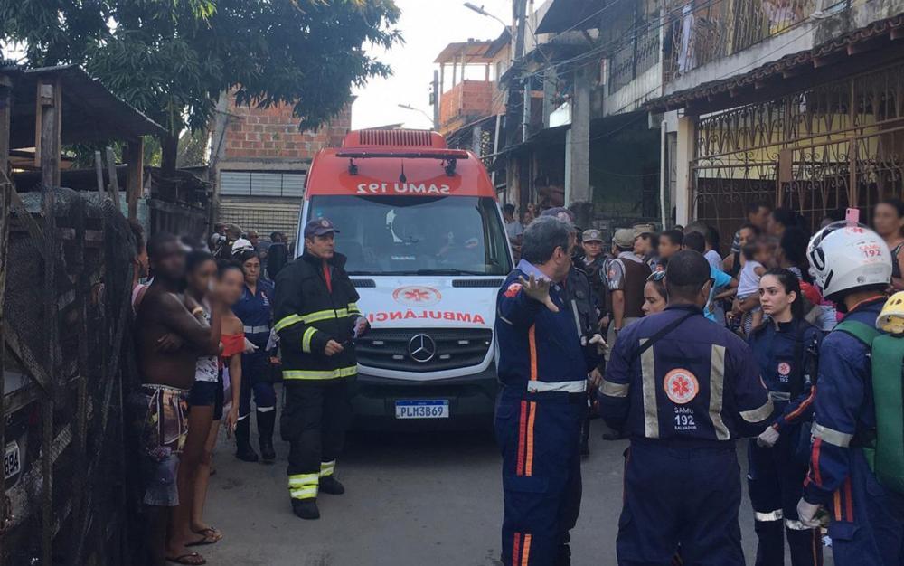 Samu no subúrbio de Salvador durante socorro às vítimas do acidente de trem na tarde desta sexta-feira (1º) - Foto: João Souza/G1BA
