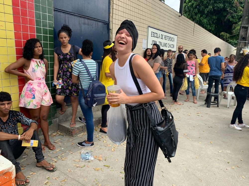 ENEM 2019 - DOMINGO (3) RECIFE (PE) - Debora Stefanny, de 19 anois, que foi escalpelada em acidente de kart, chegou a escola para fazer prova com água e comida e muito animada - Foto: Priscila Aguiar/G1