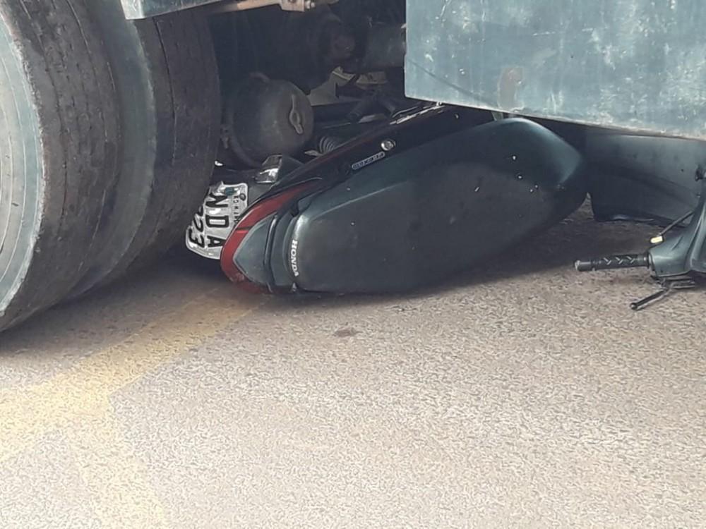 Colisão entre caminhão e uma motocicleta na BR-364, em RO