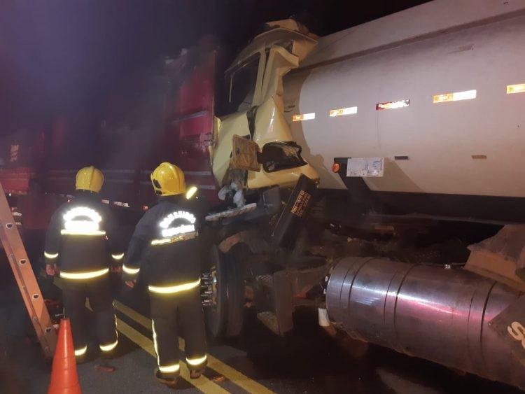 Grave acidente na BR 319, envolvendo duas carretas deixa uma vítima fatal na madrugada desta sexta feira