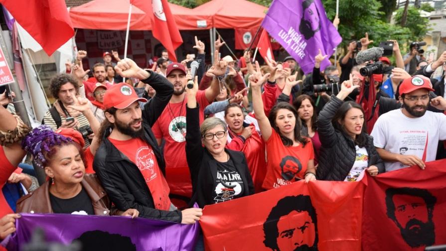 Manifestantes aguardam saída de Lula da sede da PF em Curitiba: expectativa (Foto: Henry Milleo)