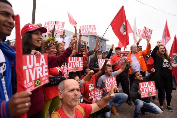 Desde o início da manhã, manifestantes se concentraram em frente à sede da PF em Curitiba (Foto: Henry Milleo)