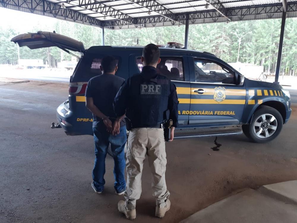 A droga, que estava escondida no interior de um puf, seria entregue na rodoviária de Cuiabá (MT). Reprodução Nucom/PRF