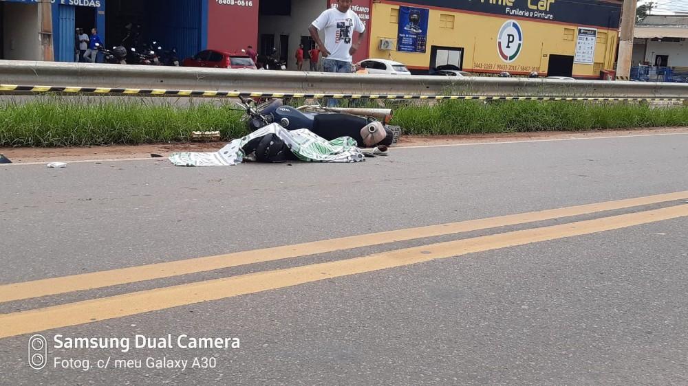 BR 364 - Motociclista perde o controle colide na lateral de carreta e é esmagado pelo último semirreboque.