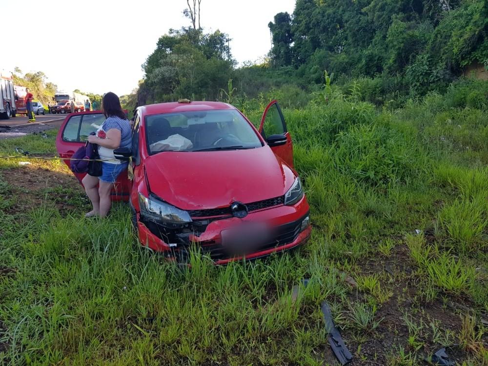 Acidente entre três veículos deixa uma pessoa morta e quatro feridas, em Marmeleiro PR.