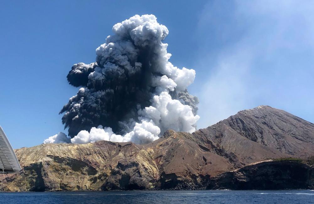 Vulcão da Ilha Branca, na Nova Zelândia, entrou em erupção na segunda-feira (9) - Foto: Lillani Hopkins via AP