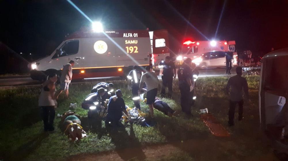 Passageiros são socorridos após micro-ônibus que voltava da praia tombar no canteiro de rodovia em Mogi Mirim (SP) - Foto: Polícia Militar Rodoviária/Divulgação