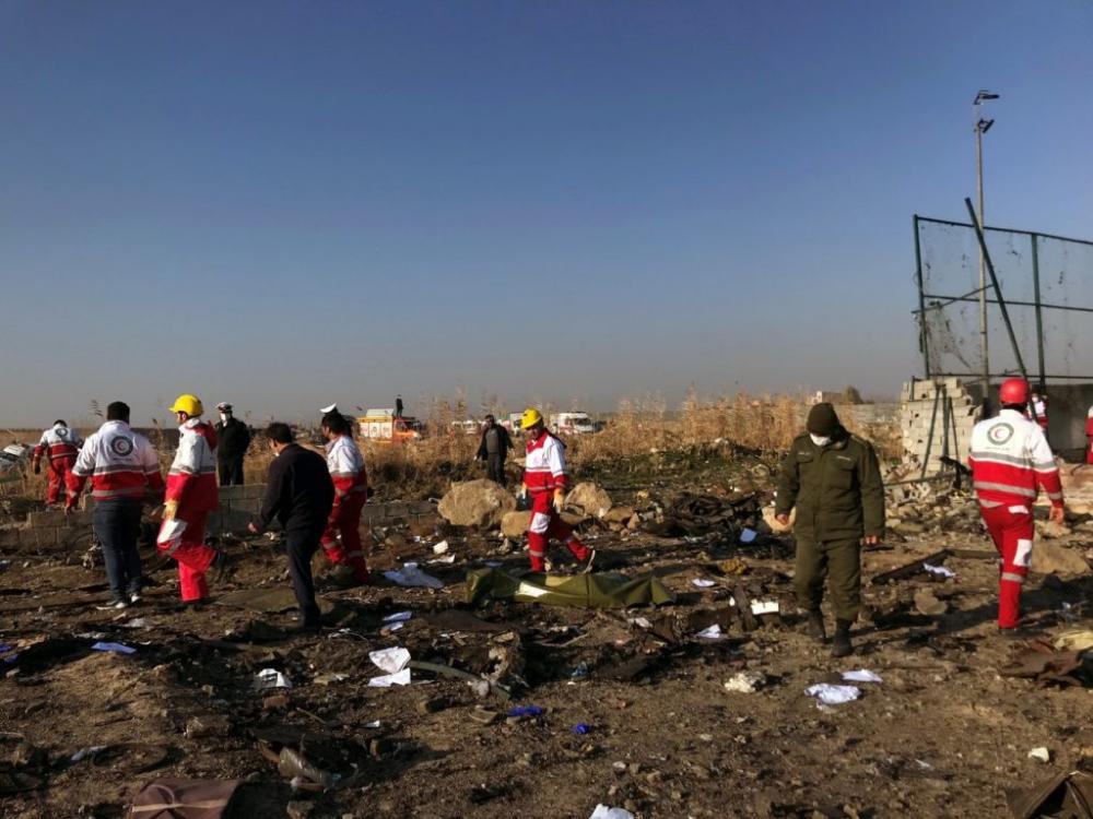 Equipes de resgate na área onde Boeing 737 caiu em Teerã, no Irã - Foto: Nazanin Tabatabaee/Reuters