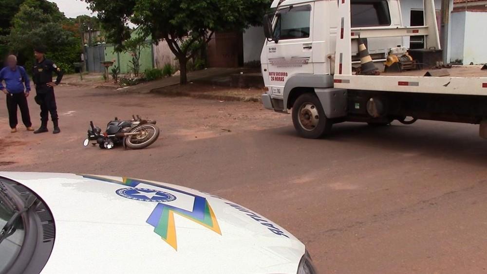 Motociclista é atingido por caminhão no bairro Jardim Tropical