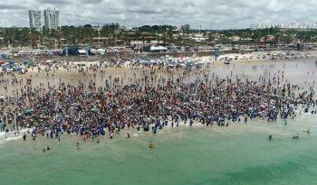 Igreja leva milhares de pessoas para serem batizadas na praia de Jaguaribe, em Salvador. (Foto: Reprodução/G1)