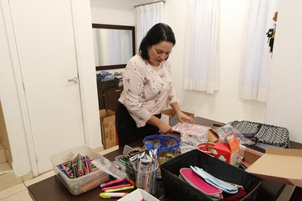 Soraya Motta: idéia é entregar os kits às crianças no próximo mês (Foto: Franklin de Freitas)