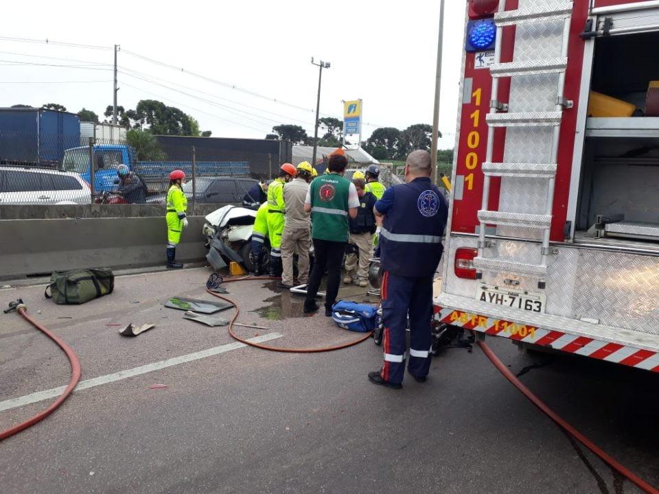 Carro fica prensado entre caminhões e três ficam feridos em rodovia de Curitiba