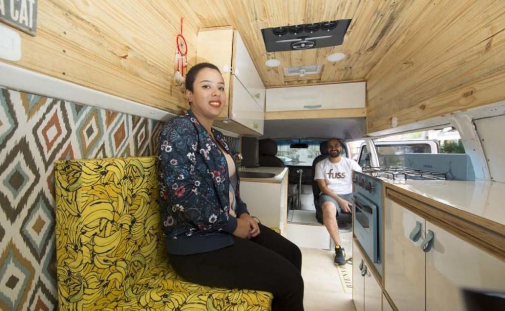 Para homenagear filho casal transforma Kombi em casa pra rodar o Brasil e países vizinhos