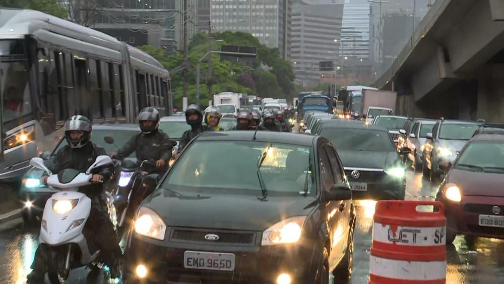 Com as fortes chuvas da noite, São Paulo amanhece debaixo d'água