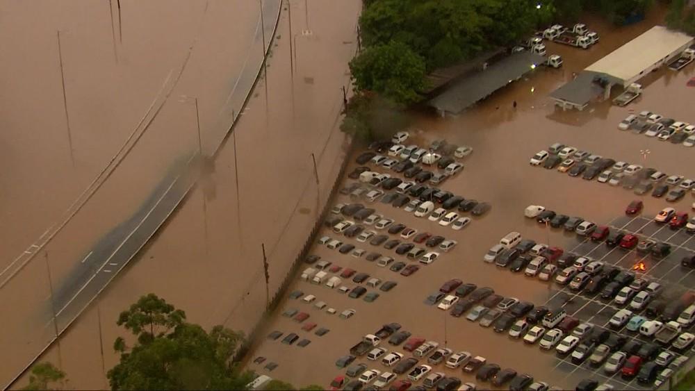 Pátio de veículos ficou alagado na Zona Oeste de São Paulo - Foto: Reprodução/TV Globo