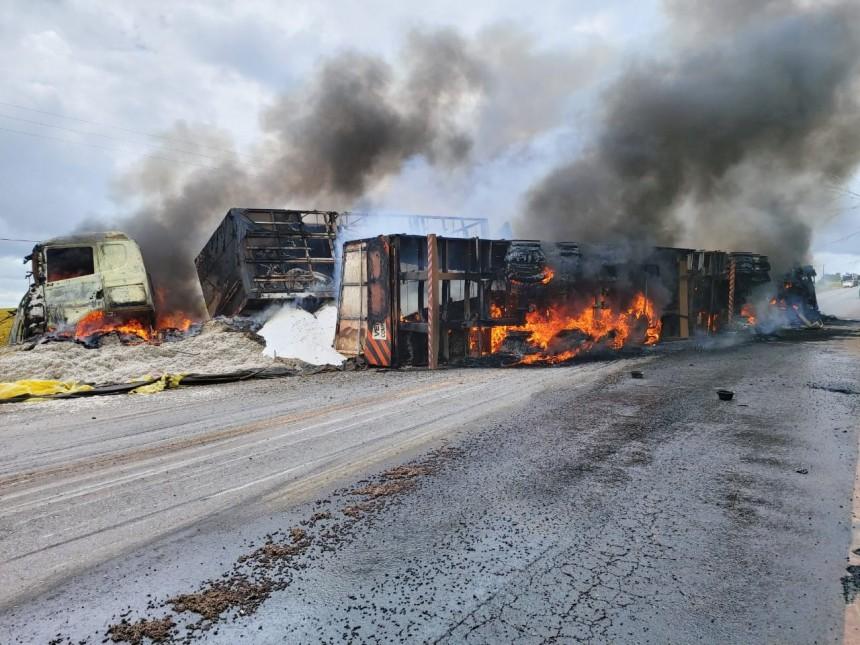 Motorista escapa de explosão de carreta em chamas, vídeo