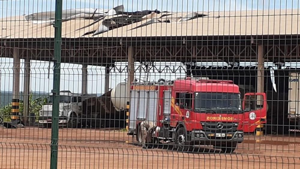 Explosão de caminhão tanque mata dois durante soldagem; Veja os vídeos