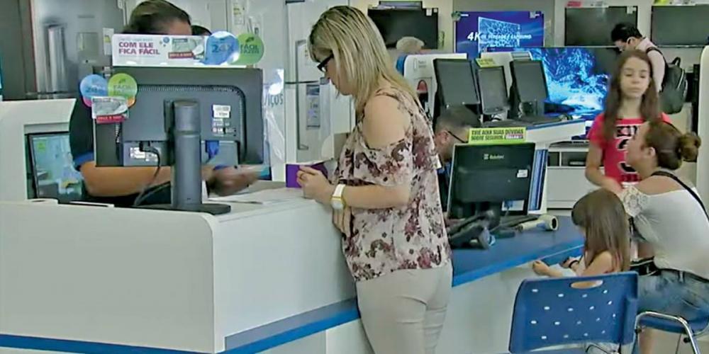 Brasileiro tem, em média, quatro dívidas, diz Serasa - Reprodução/Band