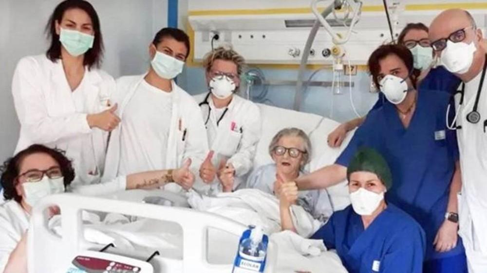 Alma Clara Corsini com a equipe médica que a tratou no hospital Pavullo em Modena, Itália - Foto: HOSPITAL DE PAVULLO