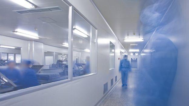 Especialistas comentam que demora em resultados de exames sobre coronavírus traz diversos problemas no combate à pandemia. GETTY IMAGES