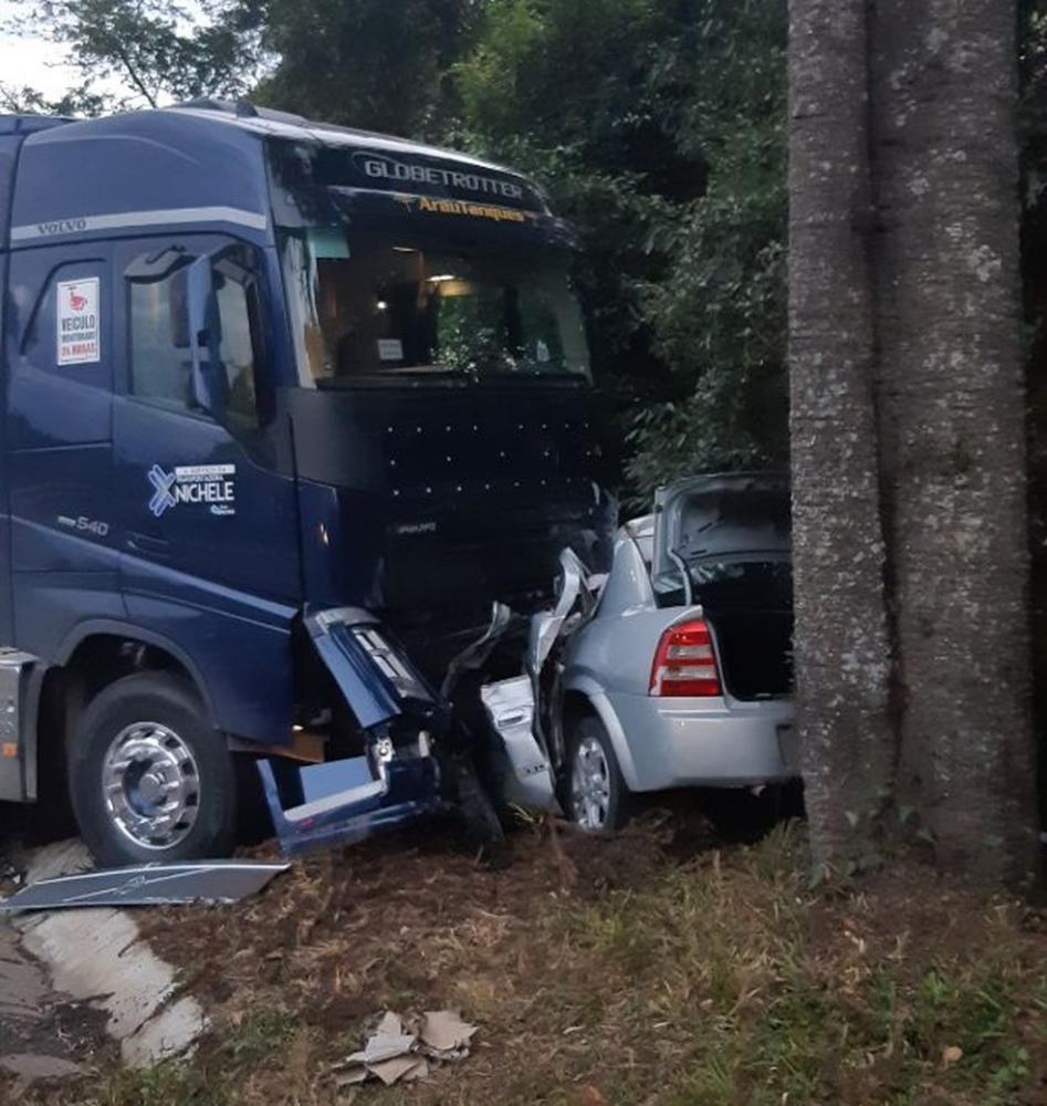 Duas pessoas morrem após carro bater de frente com bitrem na BR-476, diz PRF - Foto: Divulgação/PRF