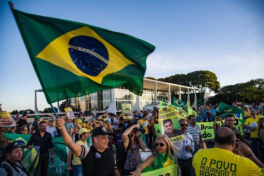 Bolsonaro sobrevoa a Praça dos Três Poderes lotada e vai para o meio do povo (veja os vídeos)